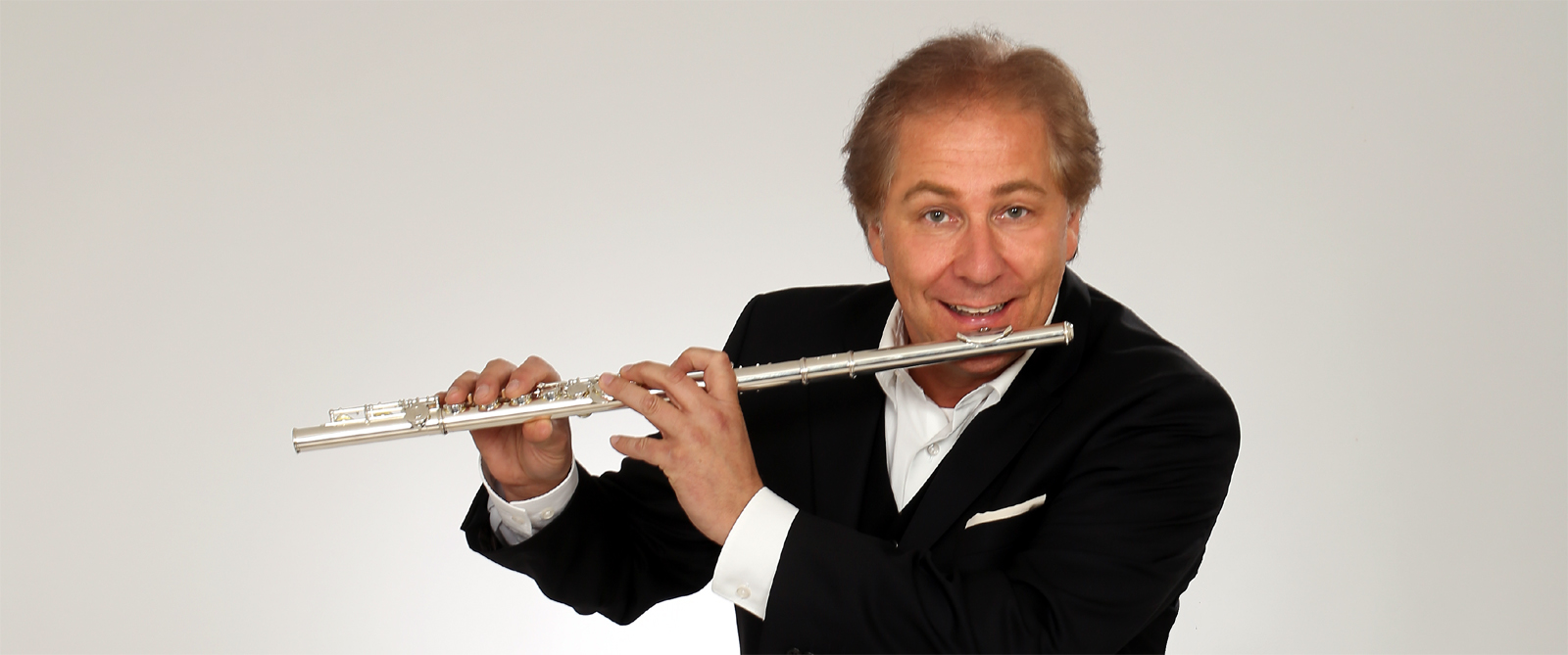 Peter Roland spielt Querflöte